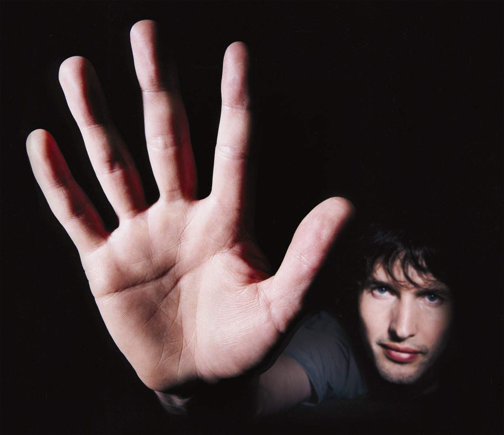 Finger length - James Blunt right hand gesture.