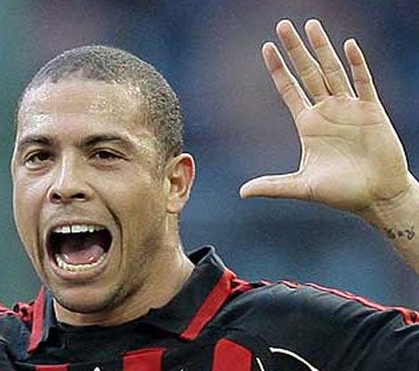 Ronaldo Luis Naz�rio de Lima has the low '2D:4D digit ratio' in his left hand.