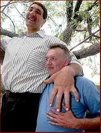 Leonid Stadnyk is the world's largest man, his hand is 31 centimeters long.