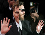 Joaquin Phoenix has a complete simian line in his right hand.